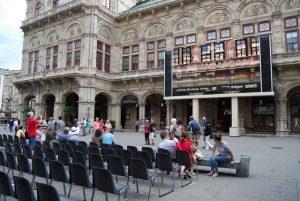 В Венскую оперу можно сходить и так - прямо на улице идет трансляция